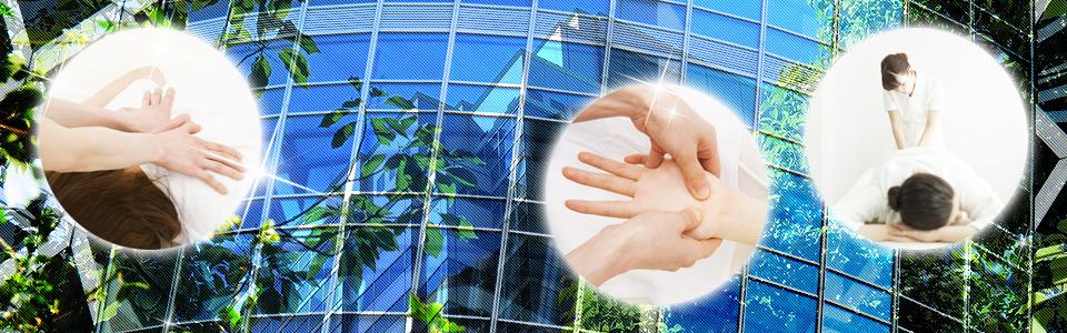 トップページのイメージ画像 ( オフィスビルで働く若い女性のヘルスキーパーが手部や背部を施術しているイメージ )。